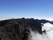 Nebel zieht auf über der Caldera, im Hintergrund der Teide